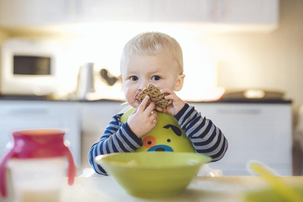 Liten gutt som spiser i barnehagen